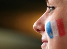 Twarz z namalowaną flagą francuską