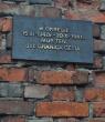 Ocalały fragment muru warszawskiego getta w podwórku przy ul. Siennej 55