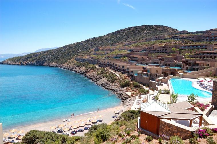 Tereny rekreacyjne i plaża z luksusowymi hotelami, Kreta, Grecja
