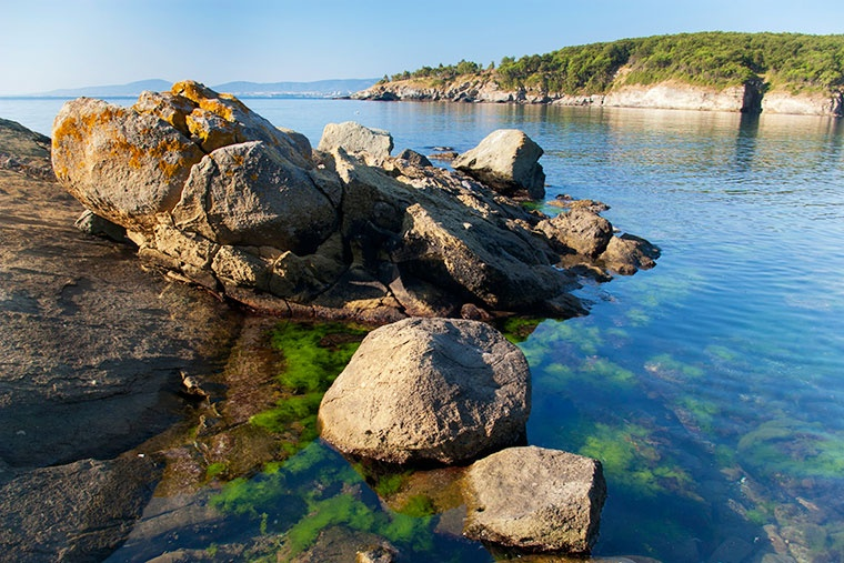 Spokojne wody Morza Czarnego koło Primorska w słoneczny letni poranek, Bułgaria