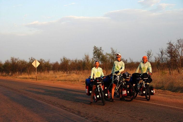 Joachim Czerniak i towarzyszące mu osoby pokonali w Australii już ponad 3,5 tysiąca kilometrów na rowerach.