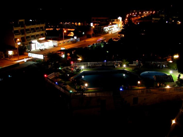 Widok z okna pokoju hotelu w nocy - Wycieczka objazdowa - Egipt