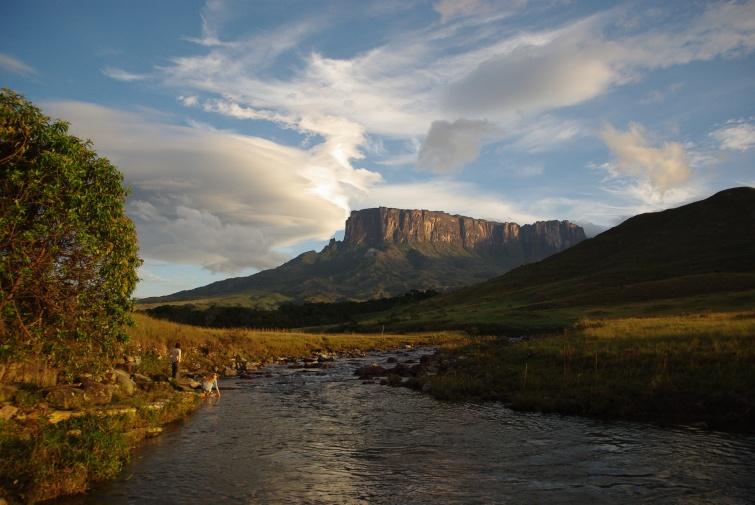 widok na Kukenan znad rzeki Tek - Kukenan - Wenezuela
